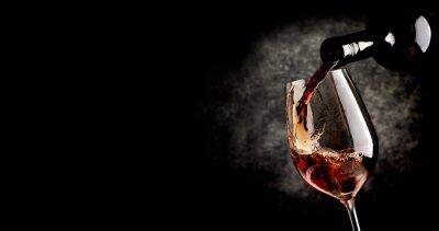 Image Verser le vin sur le noir