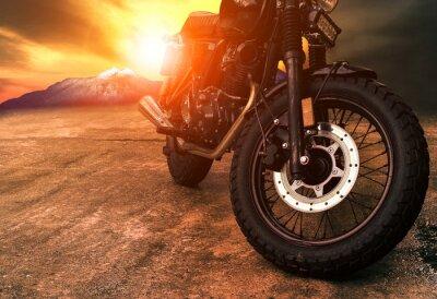 Image vieille moto rétro et fond de beau ciel coucher de soleil
