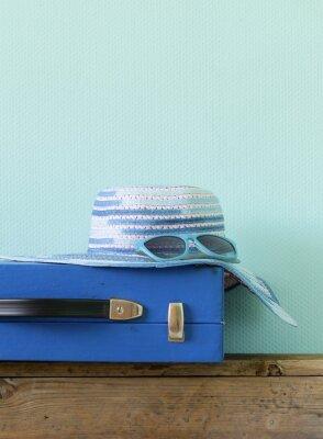 Image vieille valise bleu façonné pour Voyage et chapeau de plage