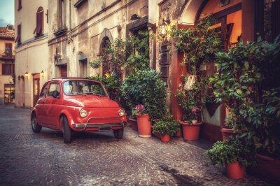Image Vieille voiture de culte millésime stationné sur la rue par le restaurant, dans