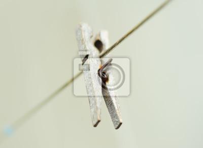 vieux Clothespeg bois accrochée à la corde. Arrière-plan flou