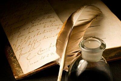 Image Vieux livre avec une plume et encrier