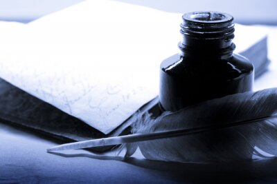 Image Vieux livre avec une plume et encrier en bleu