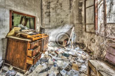 Vieux meubles de bureau sale dans une usine abandonnée peintures
