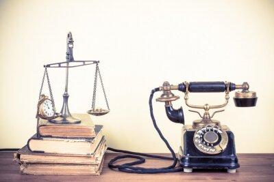Image Vieux téléphone vintage, échelles avec des montres et de l'argent, des livres