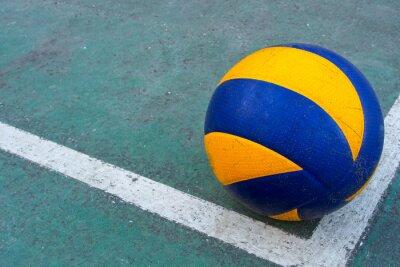 Image Vieux volley-ball sale sur un terrain