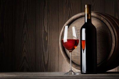 Image Vin rouge dans le verre avec une bouteille