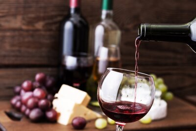 Image Vin rouge verser dans le verre, close-up.