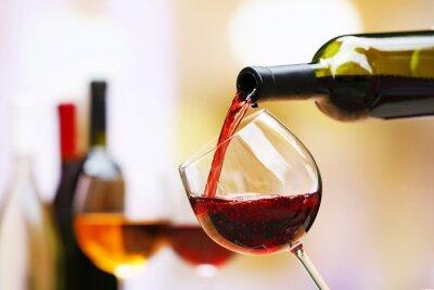 Image Vin rouge verser dans un verre à vin, close-up