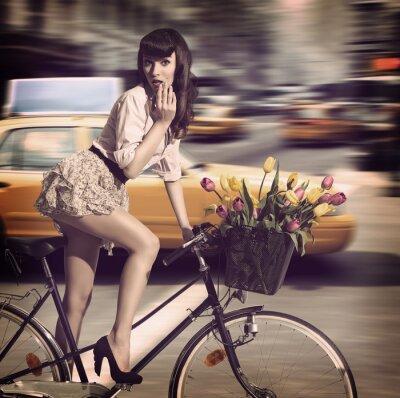 Image vintage femme à bicyclette dans une rue de la ville en taxi