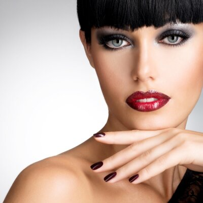 Image Visage d'une femme avec de beaux ongles foncés et les lèvres rouges sexy