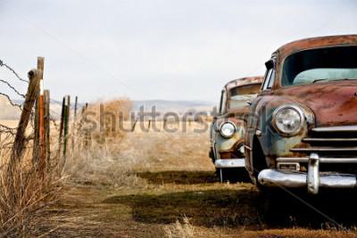 Image voitures anciennes et rouillant dans le wyoming rural