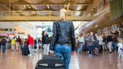Image Voyageur Femme marchant terminal de l'aéroport.