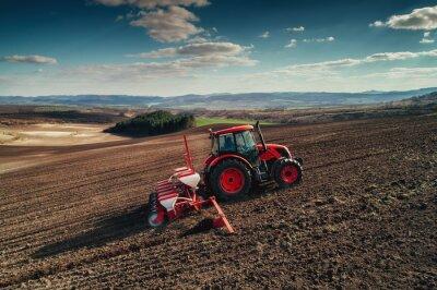 Image Vue aérienne des tracteurs travaillant sur le champ de récolte
