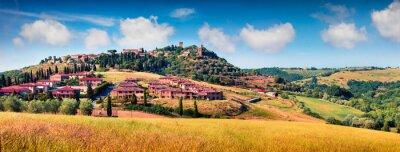 Image Vue colorée de printemps de la ville de Pienza. Panorama pittoresque du matin de la Toscane, San Quirico d'Orcia, Italie, Europe. Beauté de fond de concept de campagne.