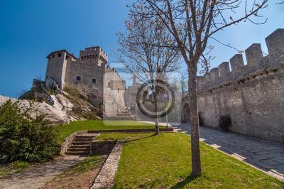 Vue de dessous de la tour Cesta (De La Fratta) avec une pelouse avec t