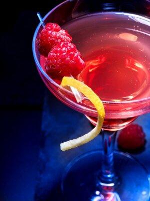 Vue de dessus de partie de cocktail de framboises sur fond noir. Cocktail d'alcool avec des baies.