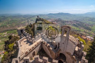 Vue panoramique d'une tour ancienne forteresse avec Montale Guaita en e