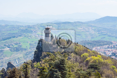 Vue panoramique sur une petite tour de la forteresse Montale Guaita