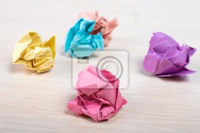 Wads de papier sur la table