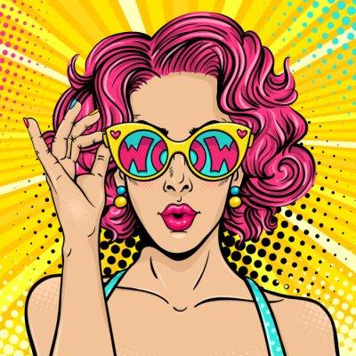 Image Wow pop art face. Sexy femme surprise avec les cheveux bouclés roses et la bouche ouverte tenant des lunettes de soleil dans sa main avec inscription wow en réflexion. Fond coloré de vecteur en style