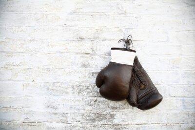 Image перчатки для бокса висят на стене