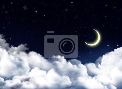 Ciel nocturne avec des nuages blancs moelleux