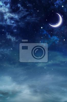 Ciel nocturne avec des nuages duveteux