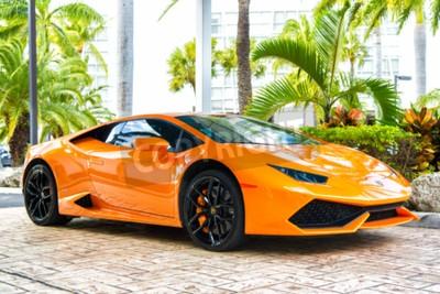 Image Miami, Floride, USA-19 février 2016: Supercar Lamborghini Aventador orange couleur garée à côté de Ocean Drive à South bech à Miami, en Floride. Lamborghini est célèbre voiture de marque automobile