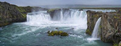 Image panorama de cascade avec des nuages en Islande