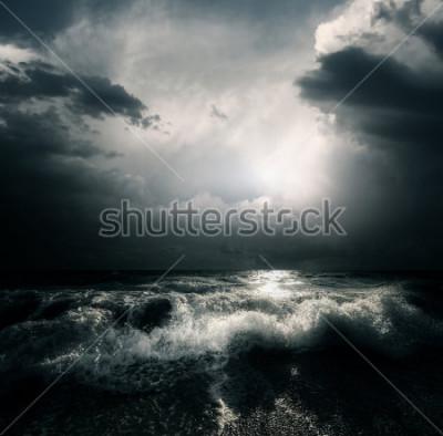 Image Sombres nuages d'orage et vagues énormes sur la mer