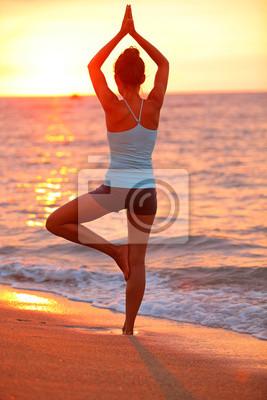 Yoga de méditation femme méditant sur la plage de coucher du soleil