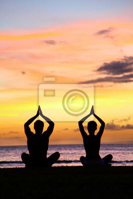 Yoga de méditation - Silhouettes de personnes au coucher du soleil