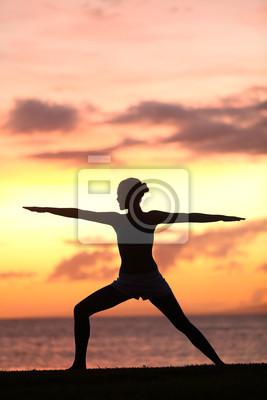 Yoga femme de formation et de méditation dans guerrier posent