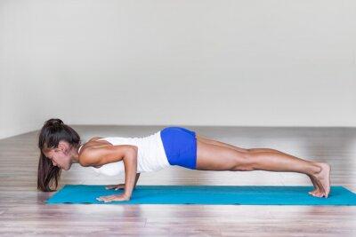 Yoga femme épaule et entraînement de base du corps. Yoga de Chaturanga dandasana pose le bras de formation de fille asiatique faisant des planches de push-up sur le tapis de gym dans la salle de fitne