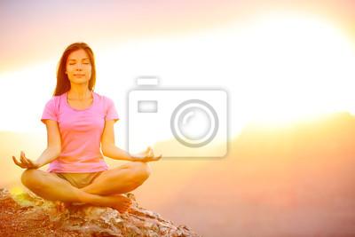 Yoga femme méditant au coucher du soleil dans le Grand Canyon