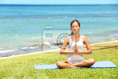 Yoga femme méditant femme de détente en mer