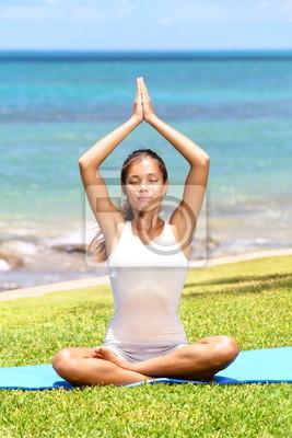 Yoga femme méditation par la mer