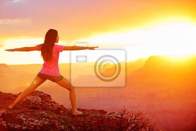 Yoga femme méditer au coucher du soleil dans le Grand Canyon