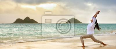 Yoga, femme, méditer, guerrier, pose, hawaïen, plage, beau, matin, levée, contre, lanikai, montagnes, Hawaï, repère Banner panoramique de la campagne publicitaire.