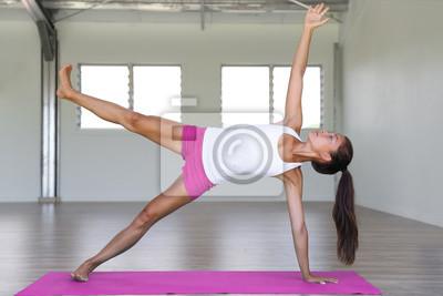 Yoga fille formation planche côté jambe corps de levage dans le studio d'yoga sur tapis d'exercice. Fitness gym style de vie.
