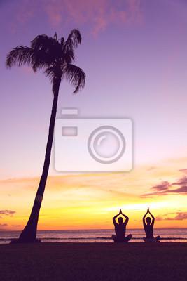 Yoga méditation - des silhouettes de personnes au coucher du soleil