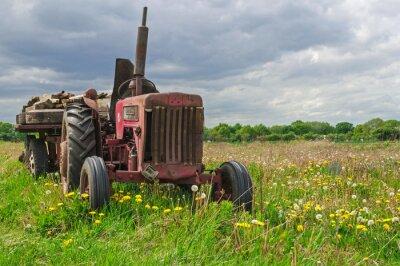Papiers peints Abandonnée tracteur rouge dans une ferme dans le champ