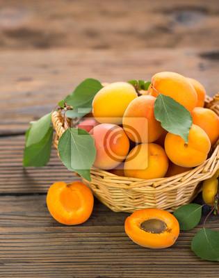 Abricots frais dans le panier