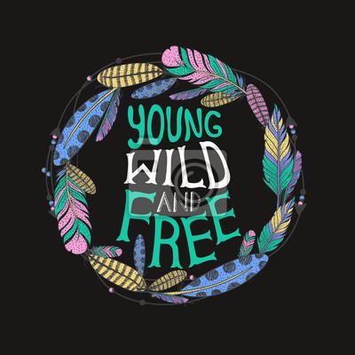 """Affiche typographique dessinée à la main avec des plumes. Cadre de plume. Conception tribale. """"Forever jeune sauvage et libre"""", citation de lettrage de main. Illustration vectorielle."""