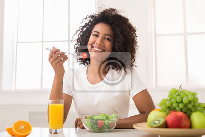 Papiers peints African-american woman with vegetable salad and fresh juice