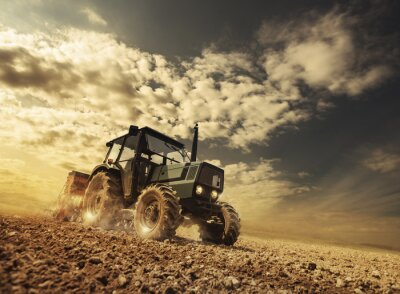 Papiers peints Agriculteur dans les domaines conduire un tracteur