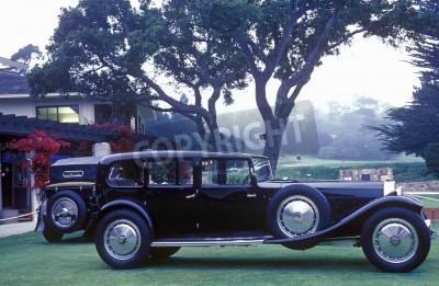 Papiers peints An elongated Bugatti on display at the 35th Pebble Beach Concours D'Ellegance, 6 Bugatti Royales.