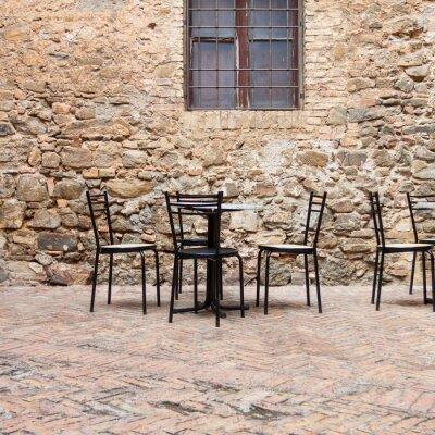 Papiers peints Ancien café en plein air dans une rue traditionnelle toscane