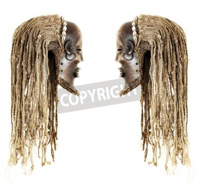 Ancien masque tribal africain antique connu sous le nom Chokwe est peu effrayant comme haloween, objet isolé sur fond blanc
